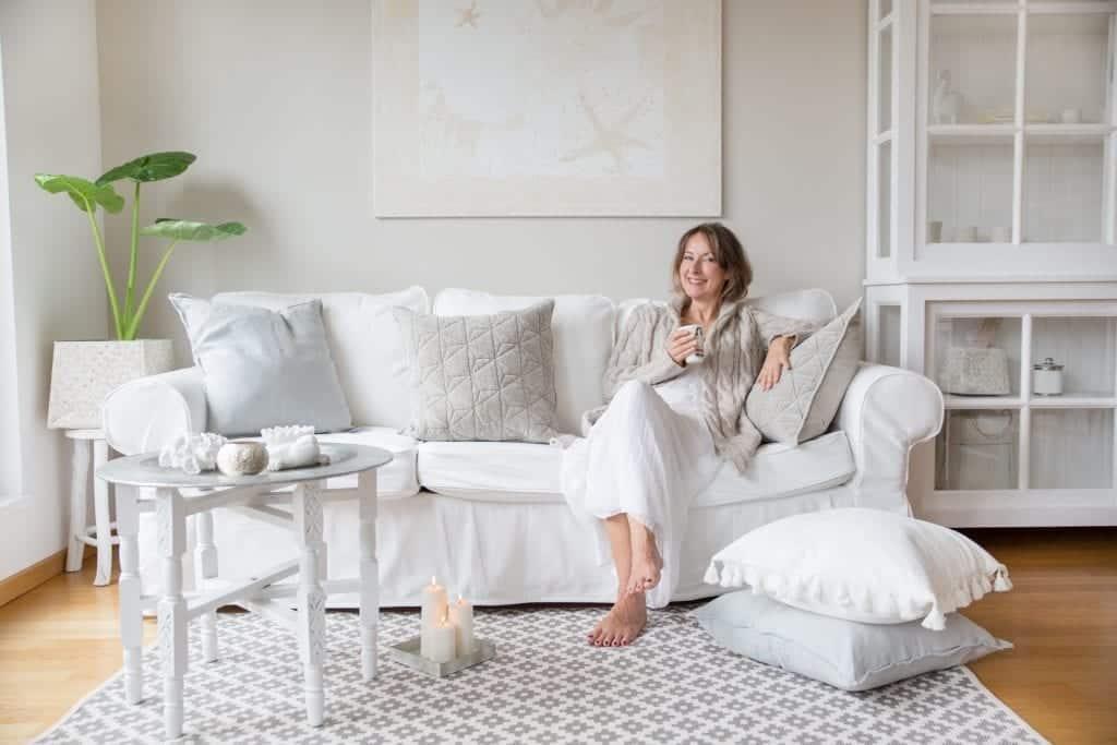 Wohnzimmer Einrichtung im Strandhaus Stil mit weißen Kissen und hellen Farben